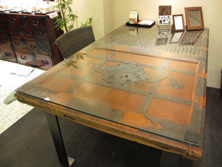蔵戸のテーブル.jpg